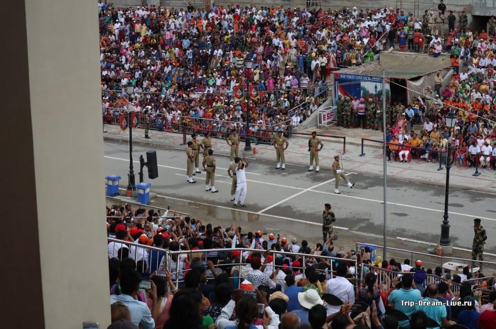 Зрители пар выпустили - теперь очередь военных