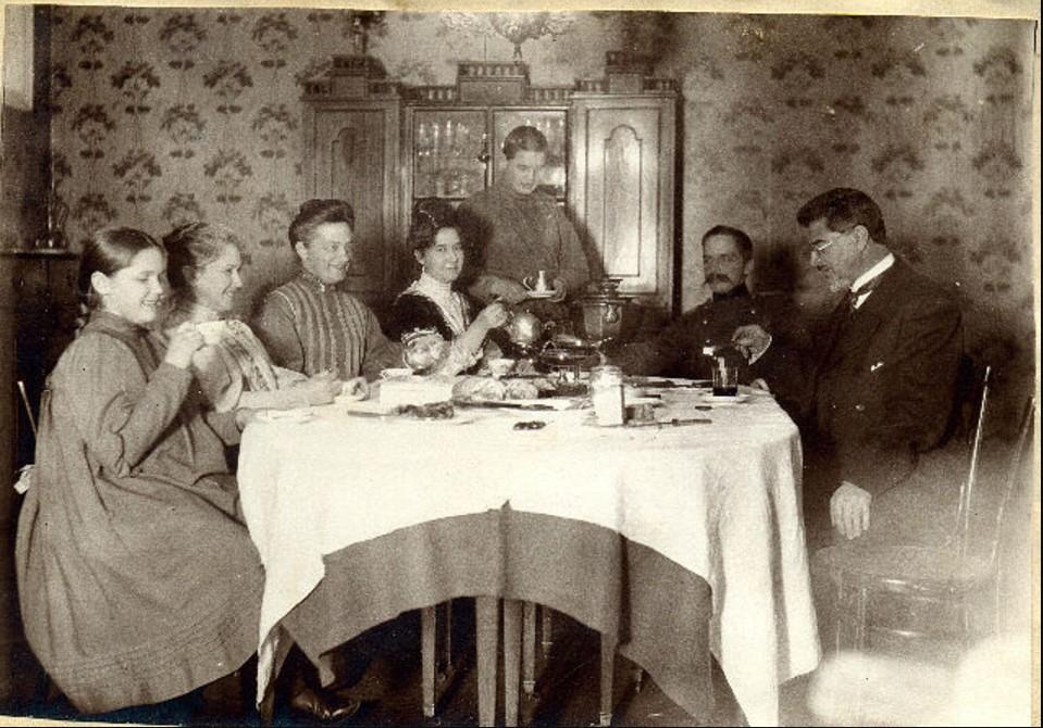 Вечернее чаепитие в семье Хованских