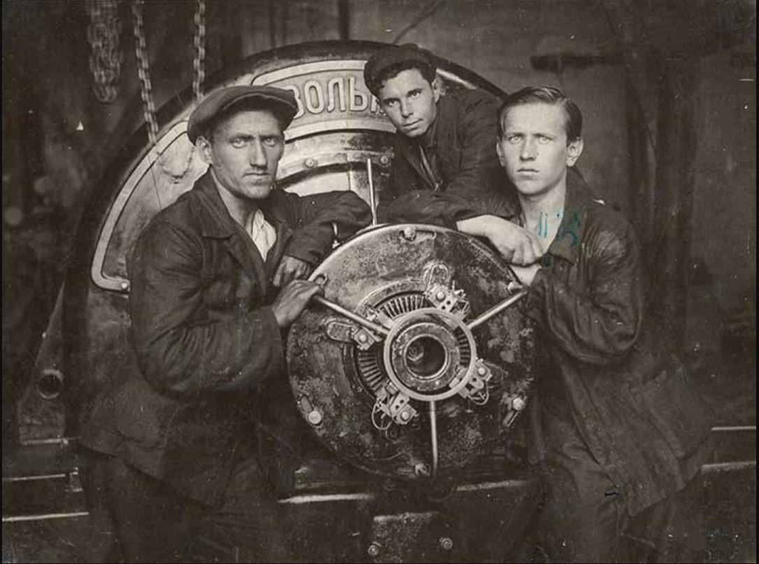 1930-е. Рабочие у станка