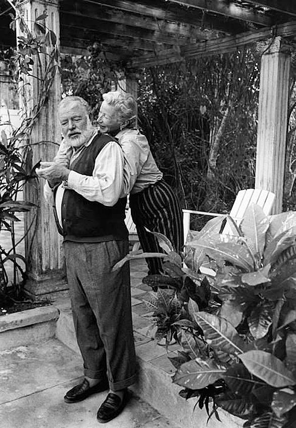 Эрнест Хемингуэй и его четвёртая жена Мэри Уэлш в их саду