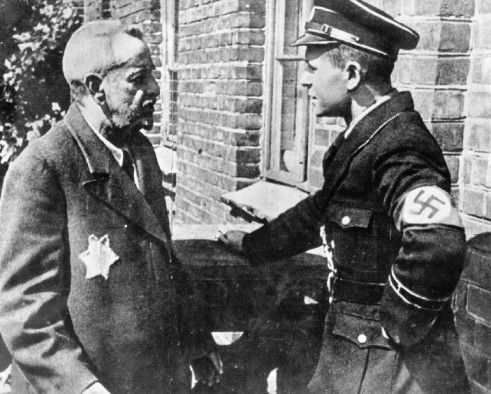 ss-officer-speas-to-a-jew-in-the-lodz-ghetto.jpg
