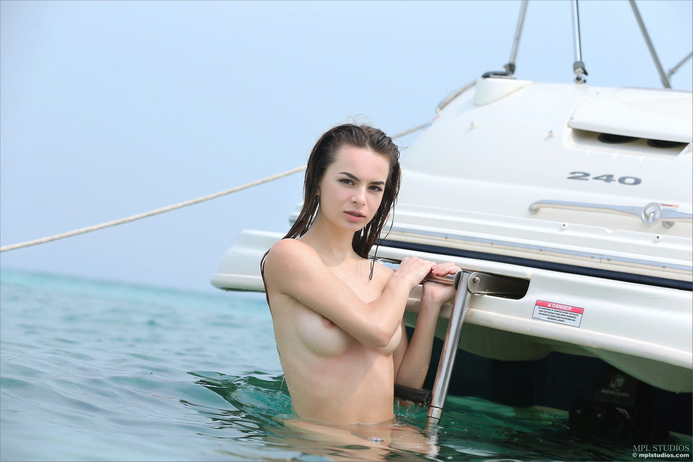 Sophie позирует на катере