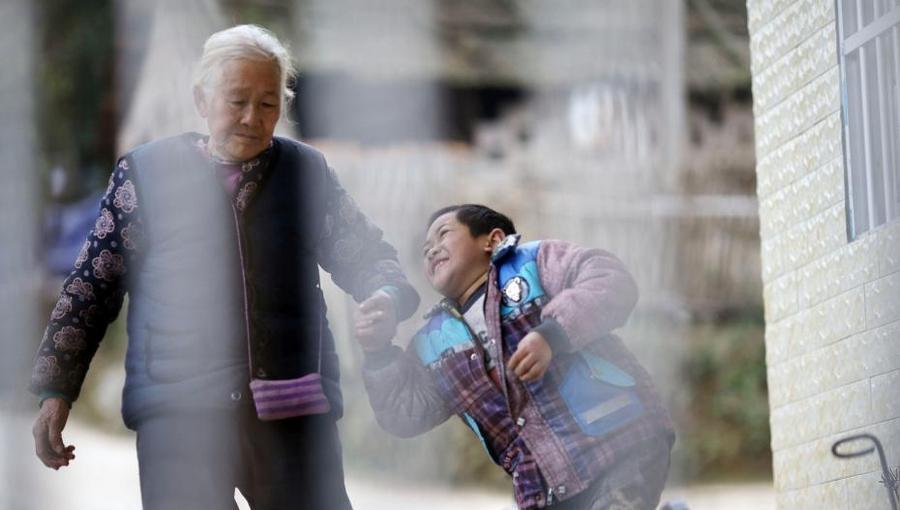 76-летняя бабушка ежедневно проходит 24 километра, чтобы отвезти внука-инвалида в школу школу, Юйинг, бабушка, внука, сможет, своего, только, мальчика, может, километра, горной, Хаовена, интеллект, болезнь, тяжёлую, несмотря, полностью, успеха, 76летняя, добиться