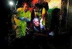 Спасатели Мария Мартинес (слева) и Ана Чичилиа помогают раненому бездомному, на которого напал мужчина с мачете. Сальвадор, 16 июля 2016 года. Фото: Jose Cabezas / Reuters