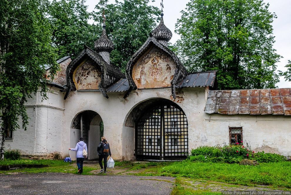 20. Рядом находится церковь Спаса Преображения . Этот храм построен в 14-м веке и знаменит свои