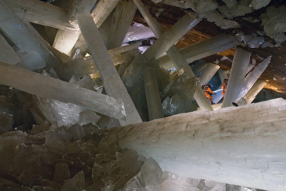 Помните, что пещера была тысячелетиями заполнена горячими минеральными водами? Сегодня в нее
