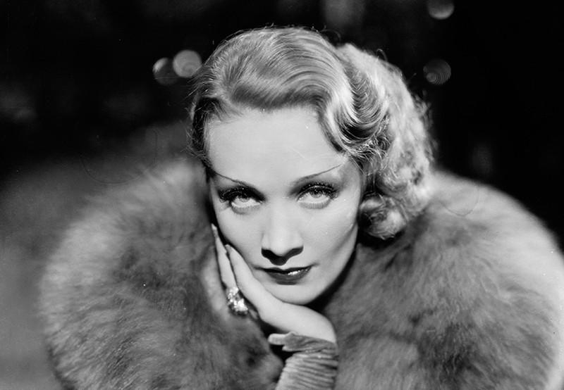 Марлен Дитрих требовала, чтобы ее парики перед съемкой припудривали настоящим золотом, отчего они яр
