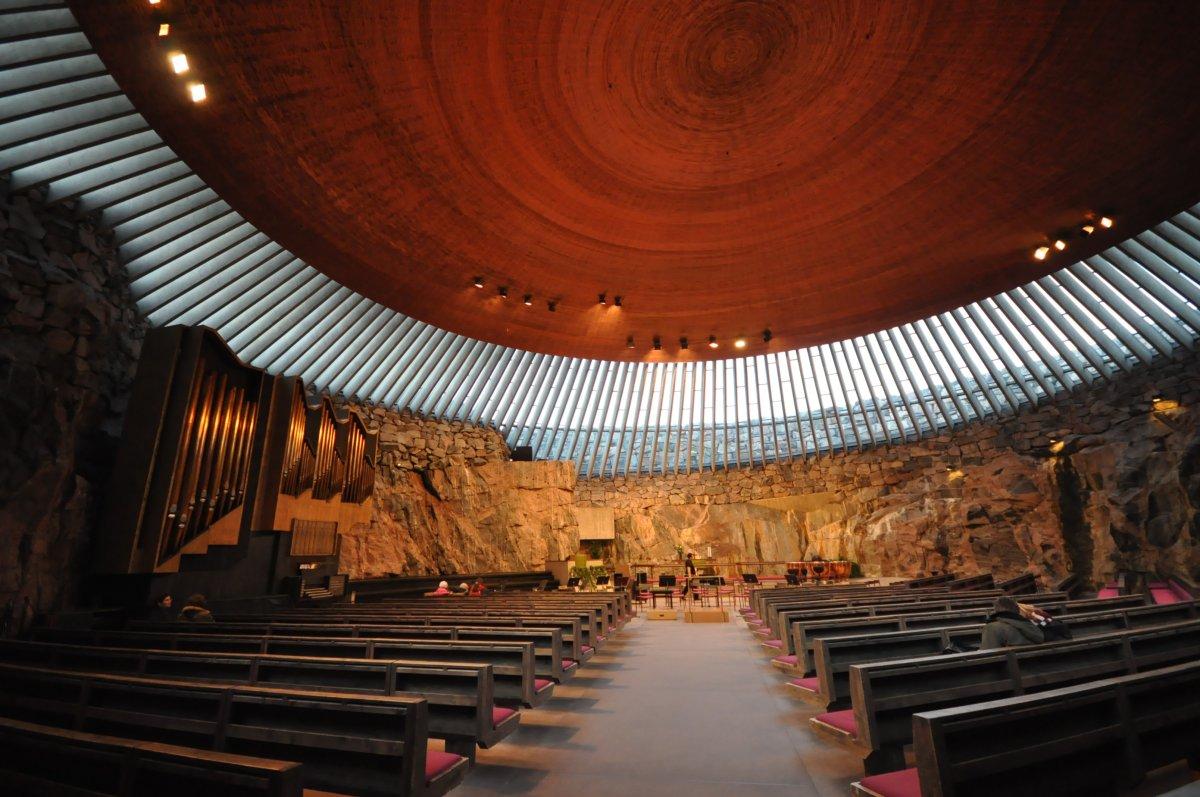 Хотя церковь Темппелиаукио в Хельсинки вырублена в скале, в помещениях все равно светло и много возд