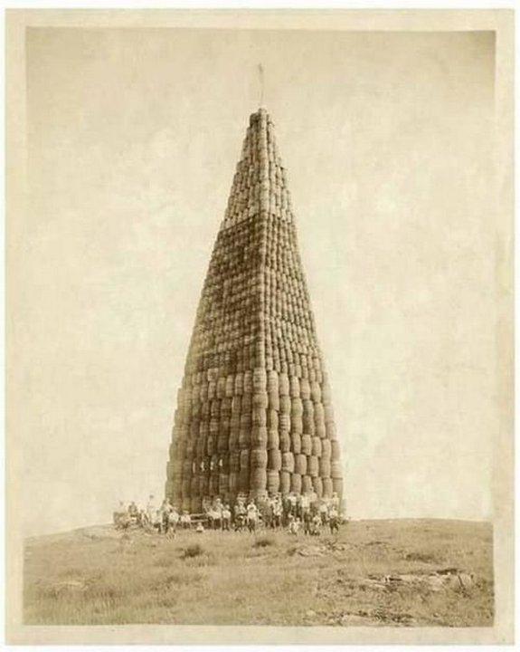 16. Алкоголь, подготовленный к сжиганию, во времена сухого закона, США, 1924 год