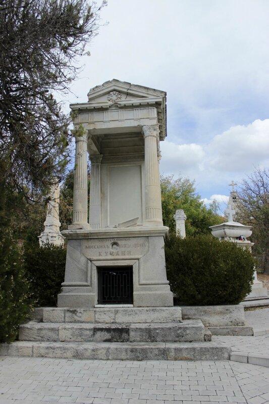 Мемориальный комплекс с арками и колонной Абаза Мемориальный комплекс с крестом Бобров