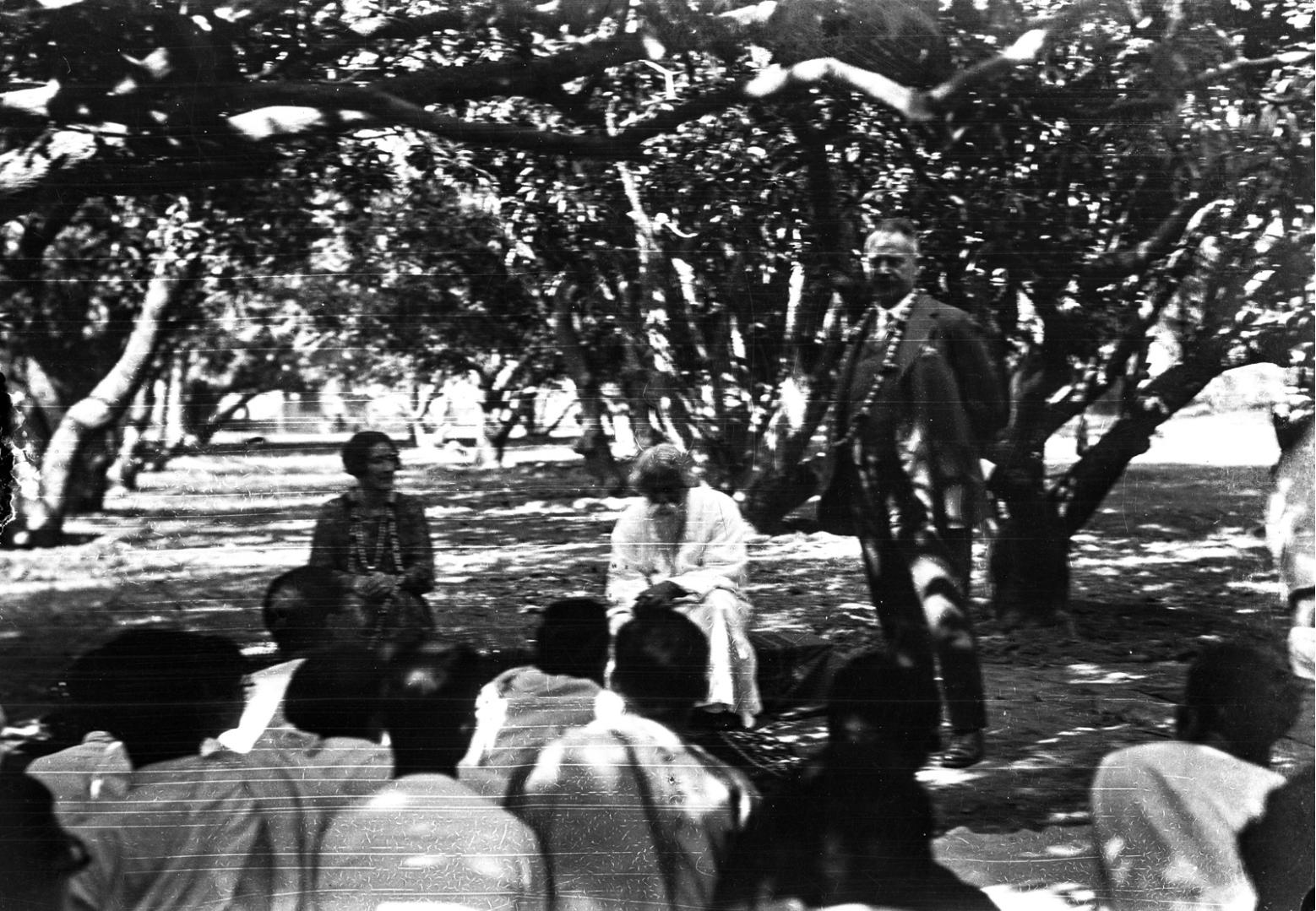 1323. Профессор Генрих Людерс во время лекции на открытом воздухе в университете Висва-Бхарати. Рядом с ним его жена  Сидя рядом с ним его жена Эльза и Рабиндранат Тагор
