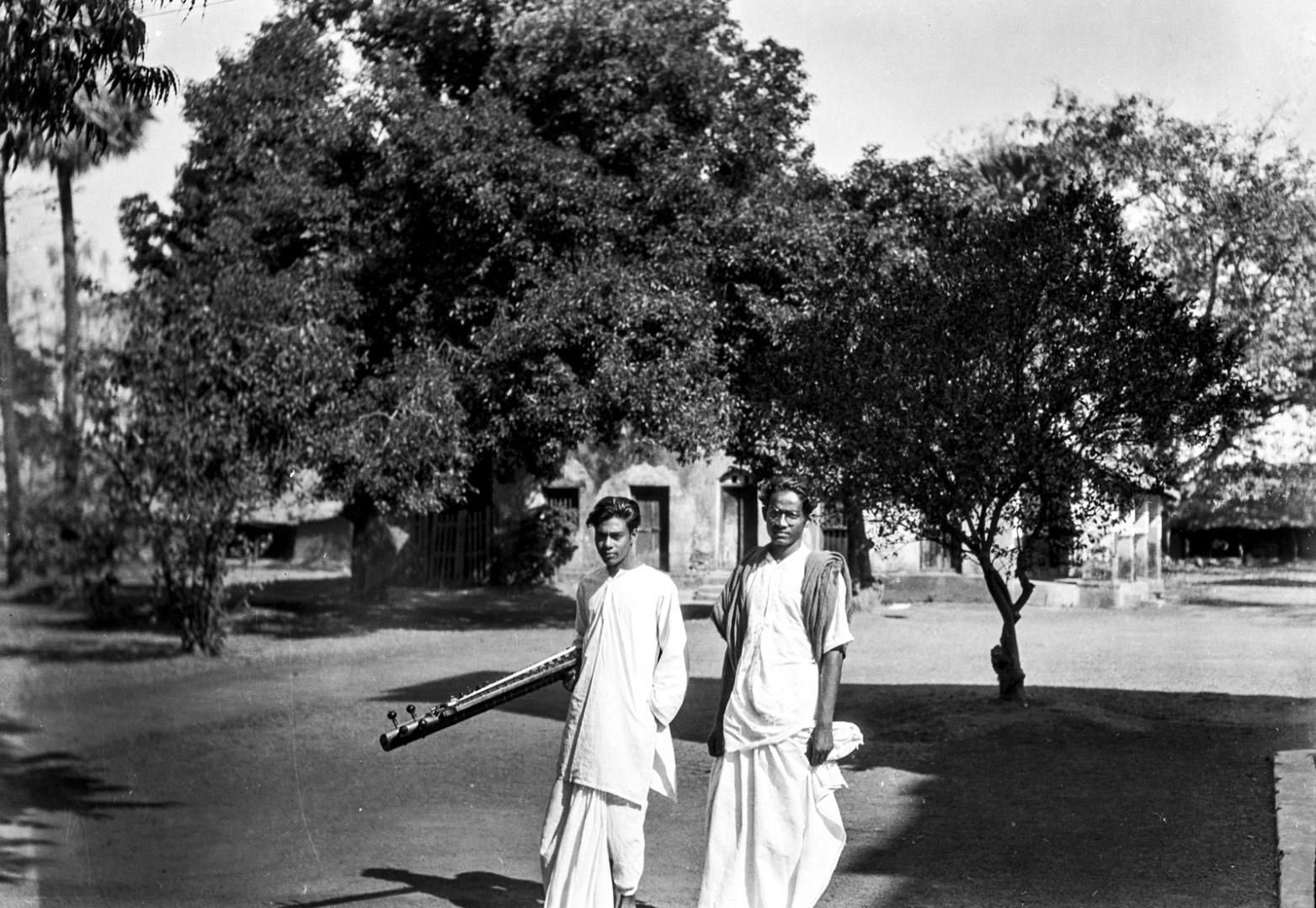 1337. Два студента факультета музыки в кампусе университета Висва-Бхарати