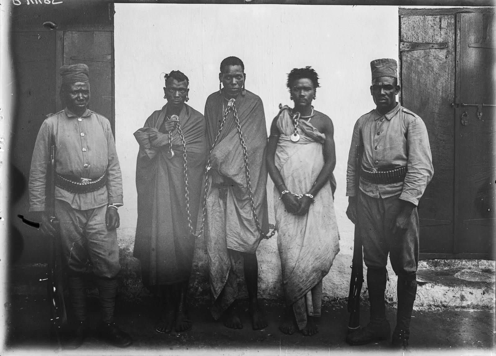 194. Групповой портрет двух солдат немецких колониальных войск и трех заключенных в цепях