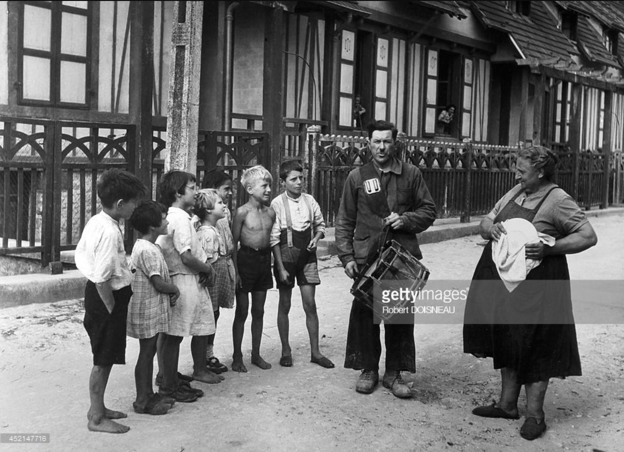 1950. Сельский полицейский делает объявление в деревне. Нормандия