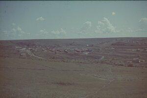 Вид на луг с траншеями в деревне