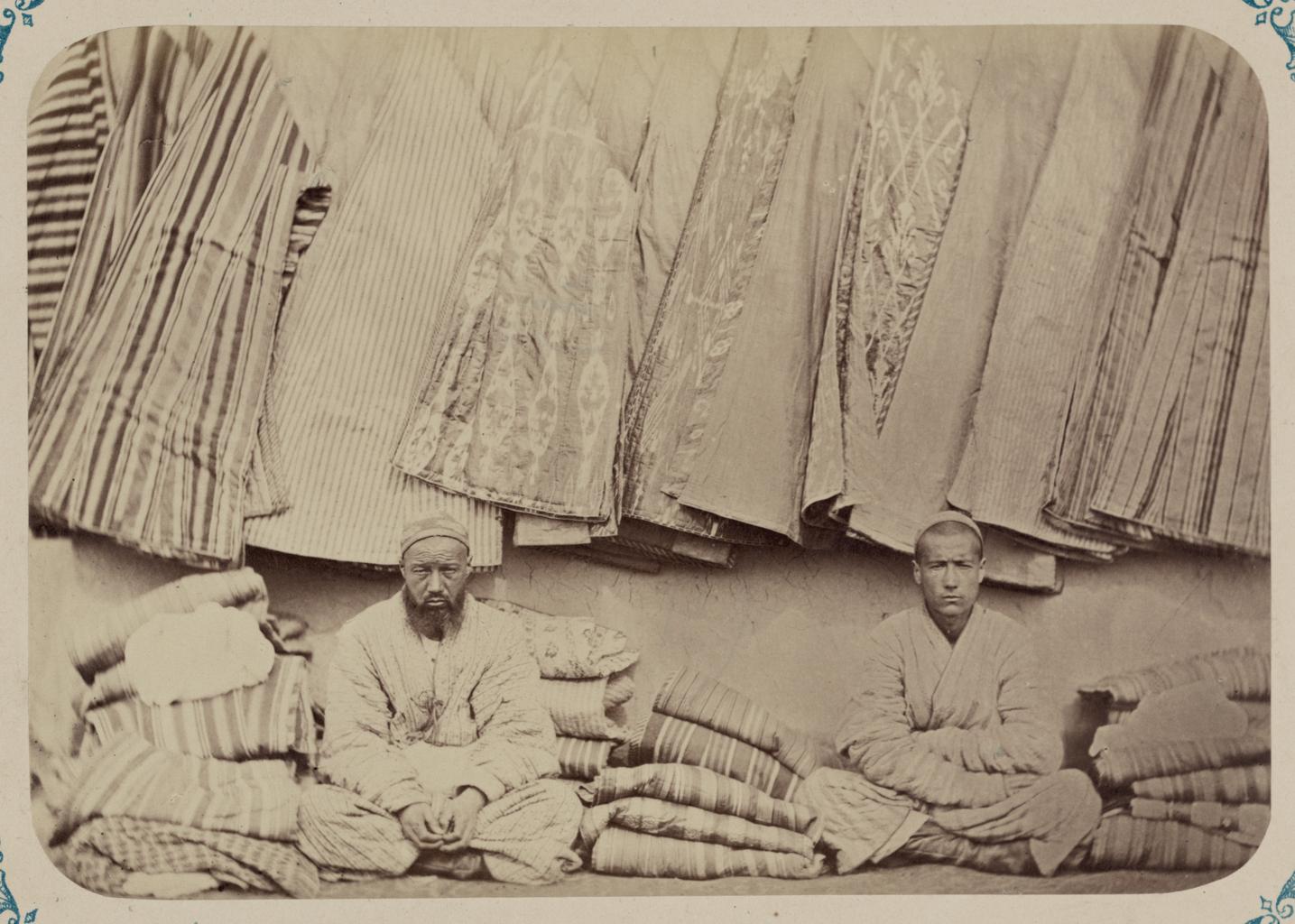 Мужская одежда. Продажа халатов на базаре