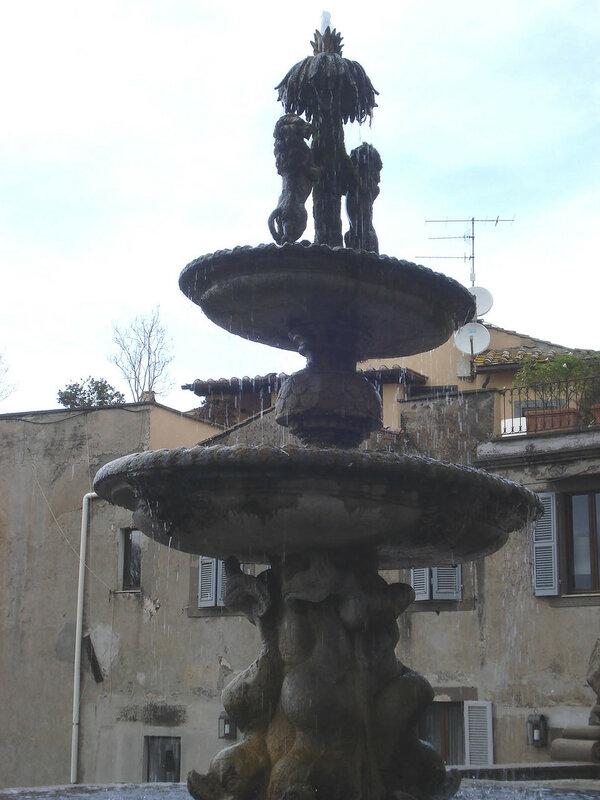 037-фонтан в дворике палаццо Комуне.jpg
