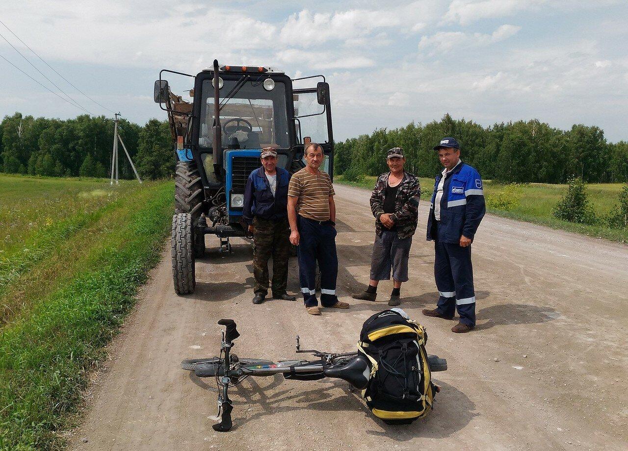 мужики и трактор