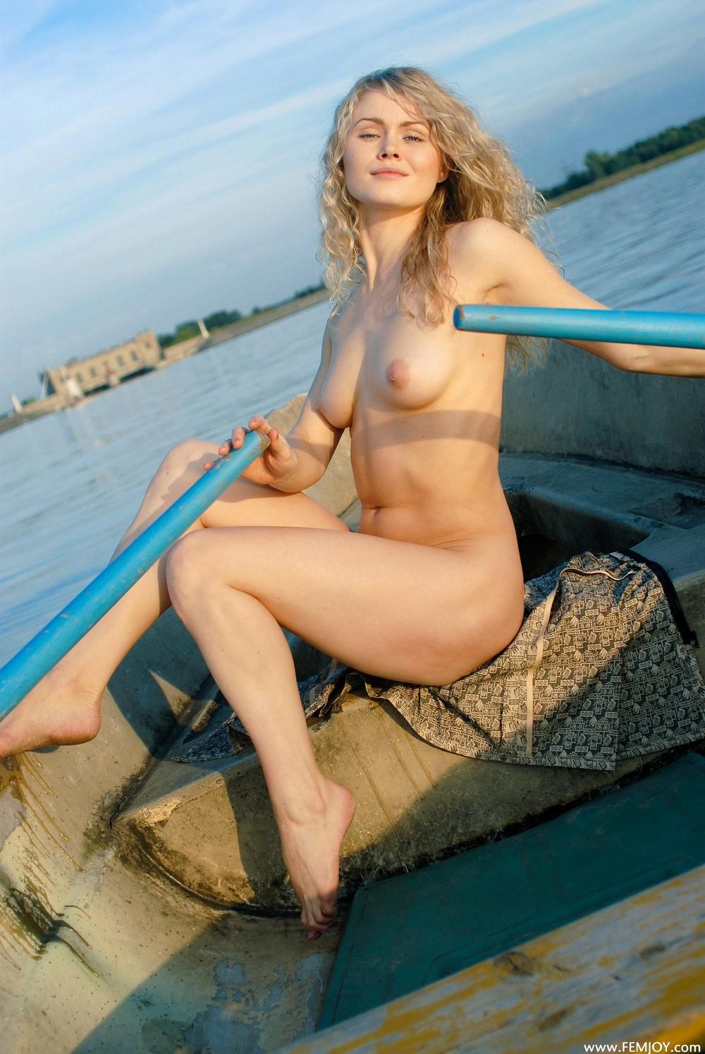 Обнаженная Джоана в лодке