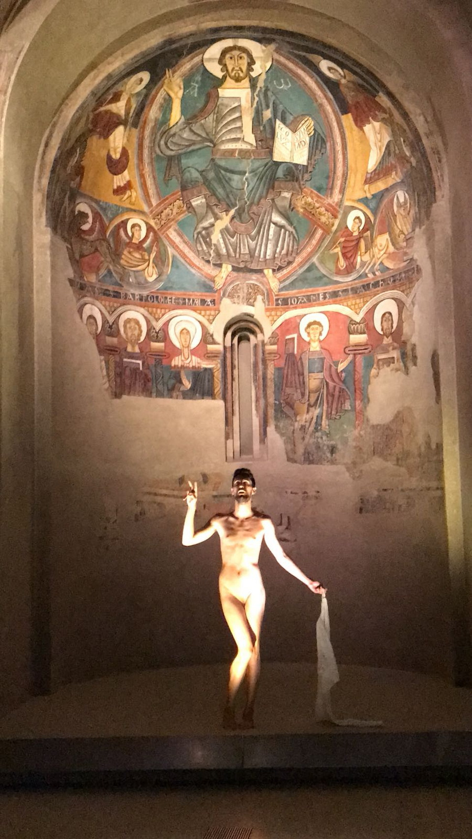 Испанец позирует перед произведениями искусства голышом