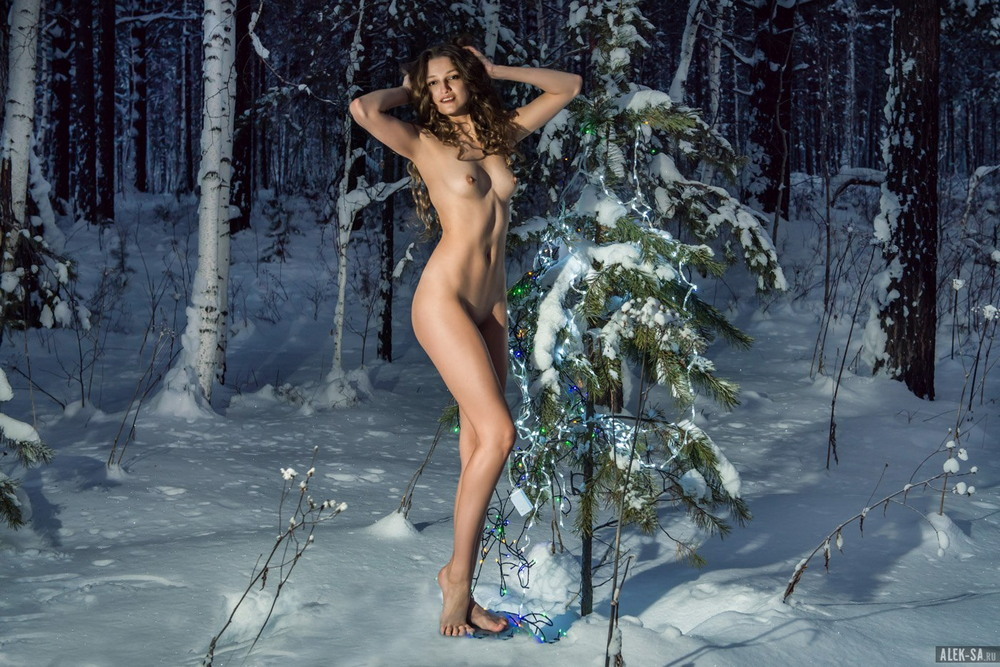 Голая Лиана Клевцова возле ёлки