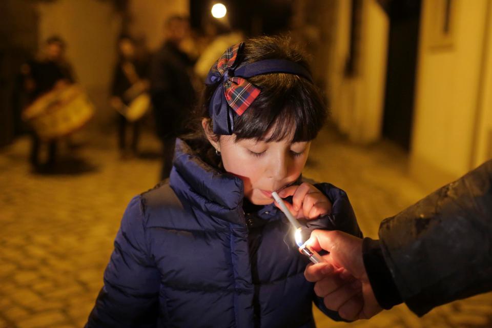 Странная традиция на праздник Богоявления в Португалии: детям дают закурить