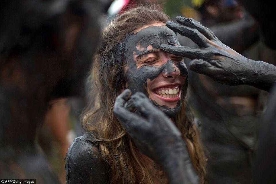 Чумазые, но довольные: грязевая вечеринка в Бразилии