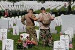 Военнослужащие США Рик Колберг (слева) и Иисус Гальегос стоят у могилы Раймонда Джонса и Питера Эноса в День памяти на Арлингтонском кладбище в Вашингтоне, США, 30 мая 2016 года. Фото: Lucas Jackson / Reuters U.S. Army soldiers Rick Kolberg and Jesus Gal