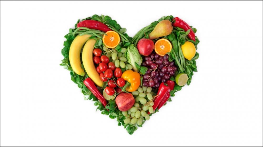 День вегана. Фрукты и овощи в виде сердечка