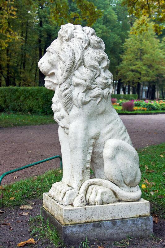 мраморная статуя льва в Павловском парке