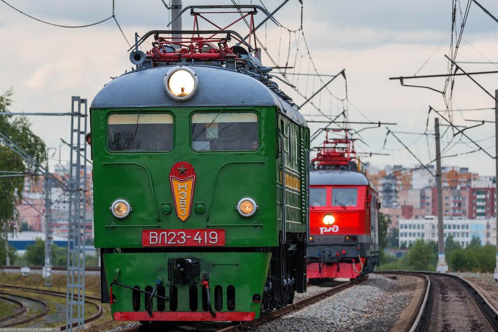 24. Три локомотива едут с очень коротким интервалом. Очень непривычная картина.