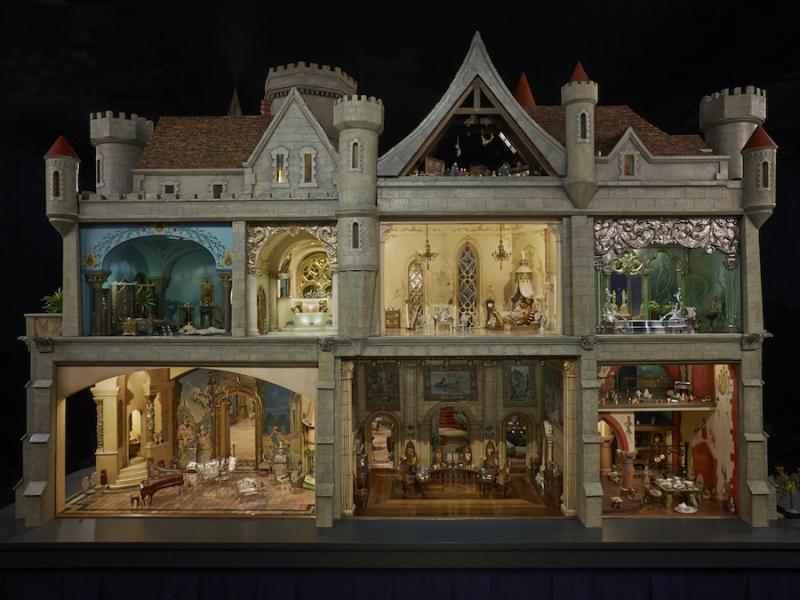 Высота домика не такая уж игрушечная – больше двух метров. Реального прототипа у мини-замка нет – он