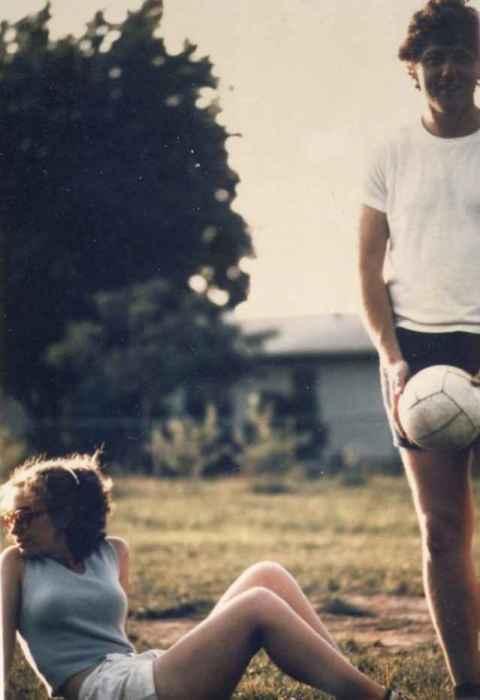 Билл Клинтон и Хиллари Клинтон играют в волейбол в 1971 году.   Известные советские актё