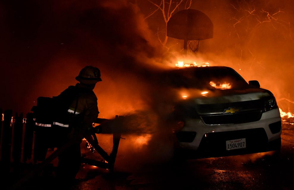 15. Лесные пожары в Каситас-Спрингс, штат Калифорния, 5 декабря 2017. (Фото Noah Berger):