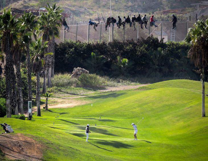 1. А вот и они, лезут через забор в Европу. МВД Испании заявило о 2 000 мигрантов, которые за 60 поп