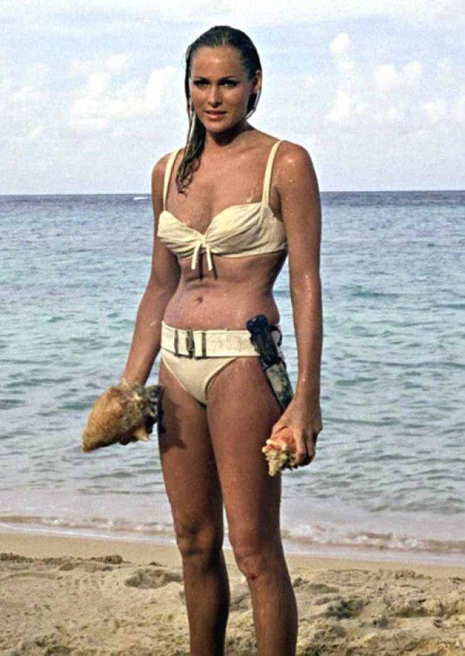 В оригинальном романе Яна Флеминга 1958 года героиня по имени Хани Райдер выходила из пены морской,