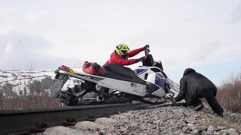 Управление снегоходом при пересечении железнодорожных путей
