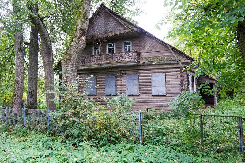 деревянный дом с резным балконом в деревне Усадищи, Ленинградская область