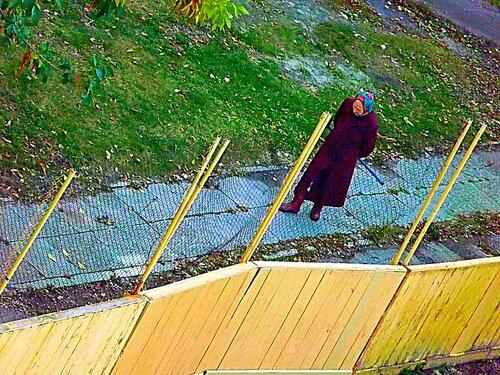 Старушка,осужденная на пожизненное заключение,гуляет в тюремном дворе
