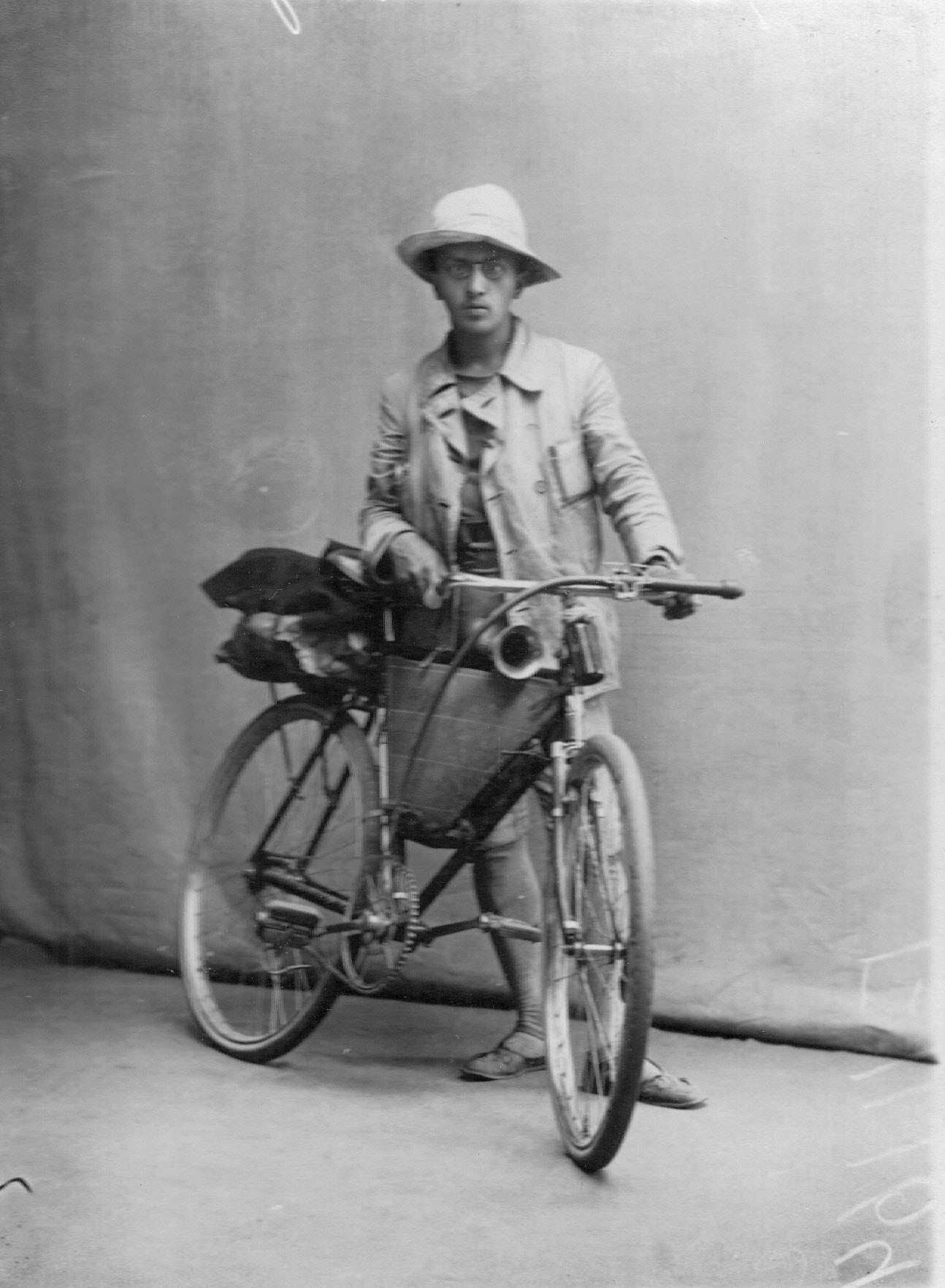 Рекордсмен-велосипедист Белоусов с велосипедом. 1912