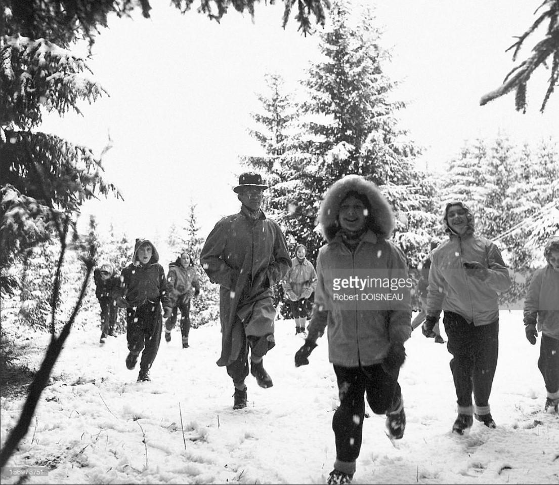 1945. Люди веселятся в снегу в Лаффре