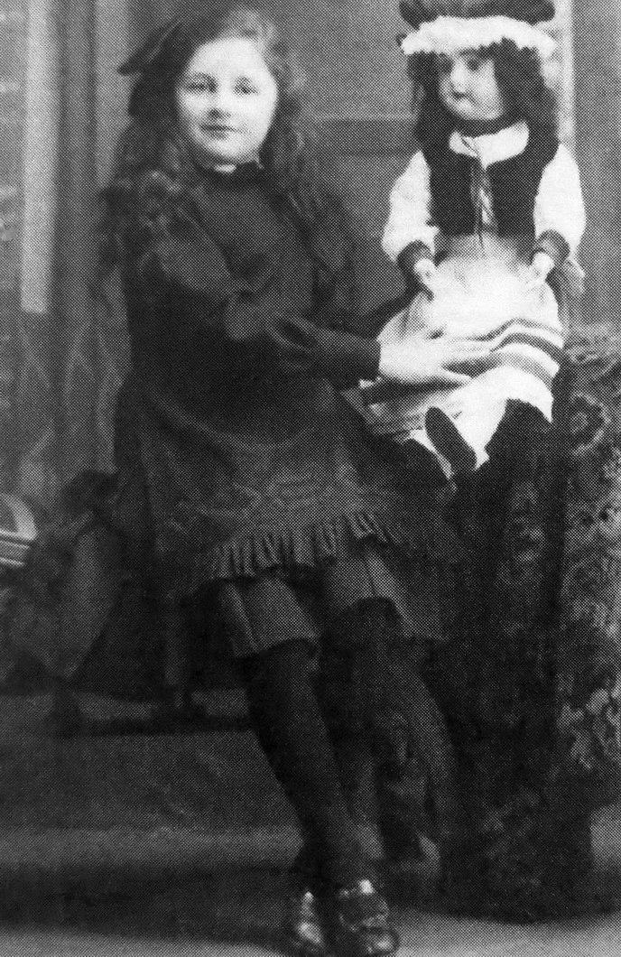 Ученица Мариинской женской гимназии Женя Шольц, 1913