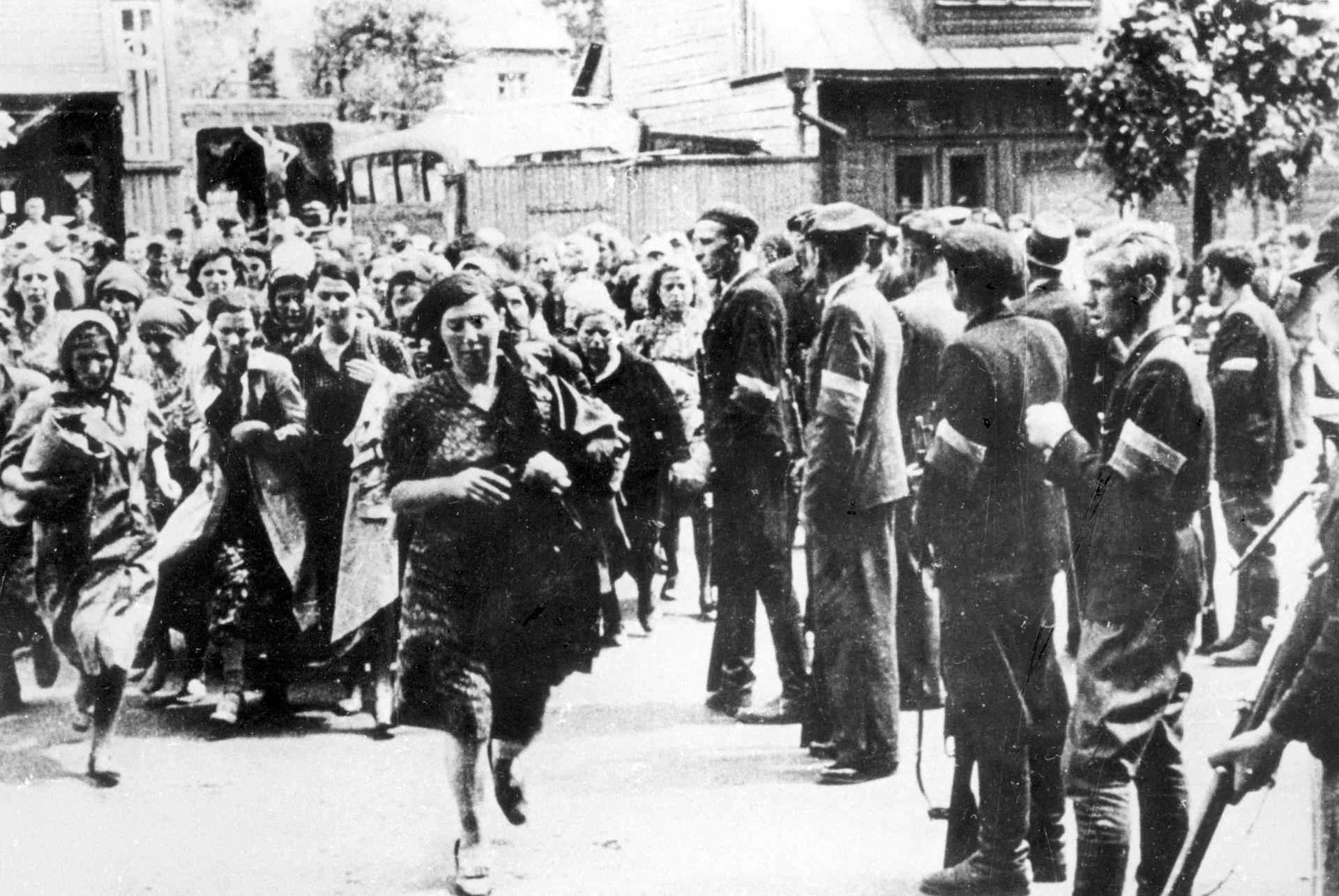 «Национальные партизаны» конвоируют евреев в IX форт. Июнь, 1941