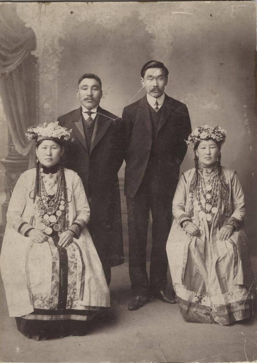 Предприниматель Ханхасаев и купец 1 гильдии Родионов с женами в национальных бурятских костюмах