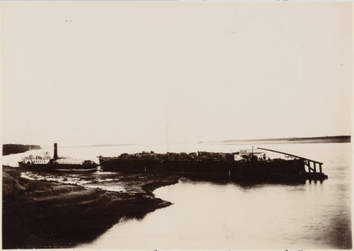 Буксир на реке Ляпин
