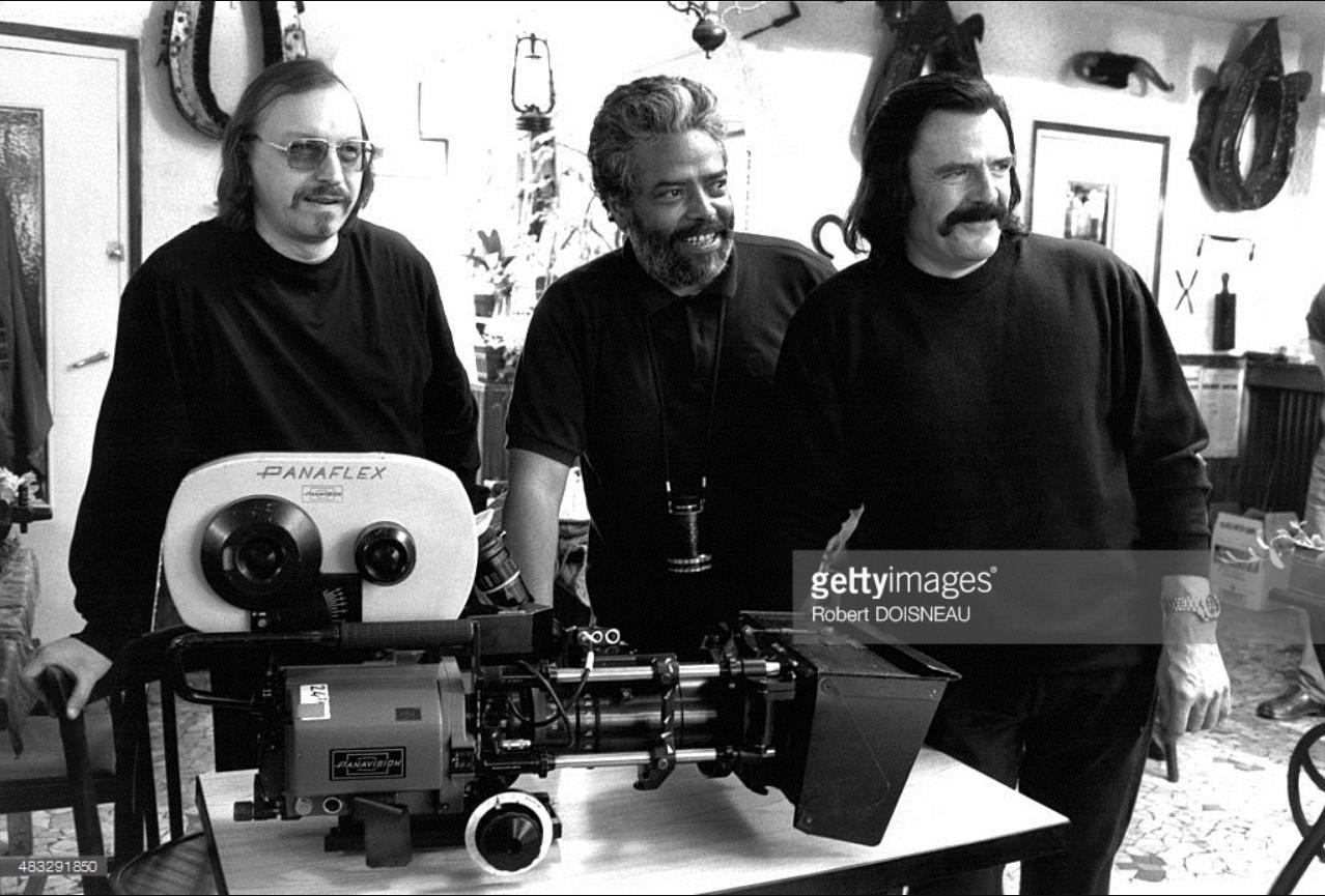 1993. Режиссер Мед Хондо и оператор Чарли Бауэр во время съёмок фильма «Черный свет»