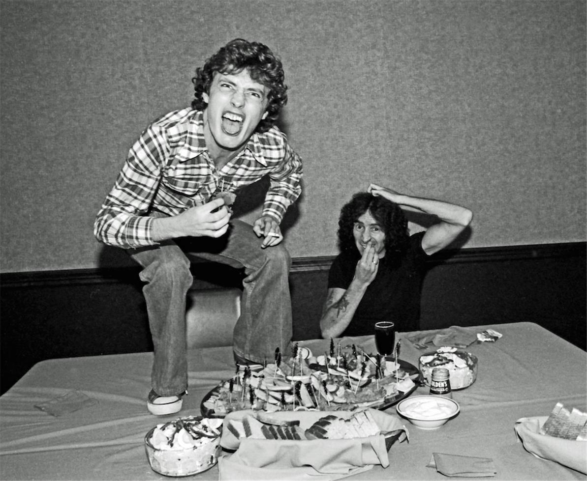 1977. Ангус Янг & Бон Скотт