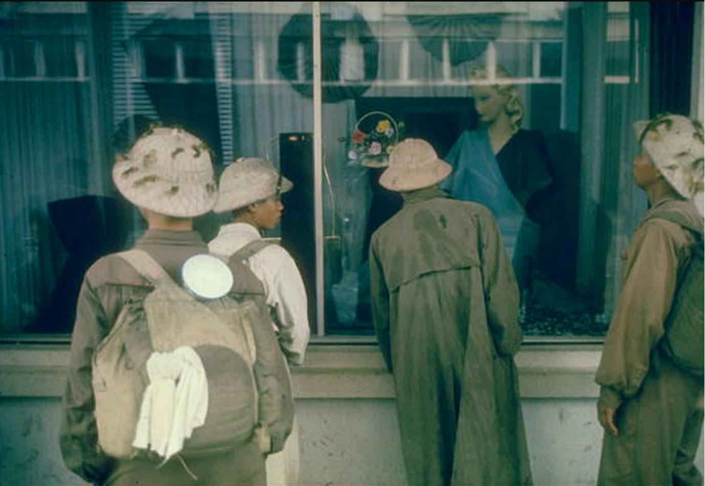 Солдаты разглядывают витрину в главном универмаге Ханоя