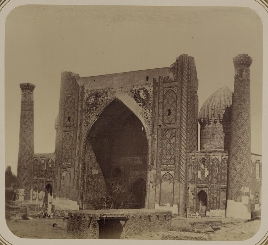 Медресе Шир-Дор. Построена Яланктушем Багадуром, визирем Имам-Кули Хана в 1648 г. (1058 г. хиджры) Вид главного фасада (западная сторона)
