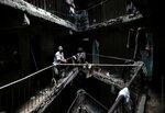 Человек стоит в здании, предназначенном для сноса, в Матхаре районе Найроби, Кения, 17 мая 2016 года. Власти Кении снесли ветхий жилой квартал в бедных районах Найроби Это лишь одно из более чем 250 низкокачественных зданий, которые теперь могут быть снес